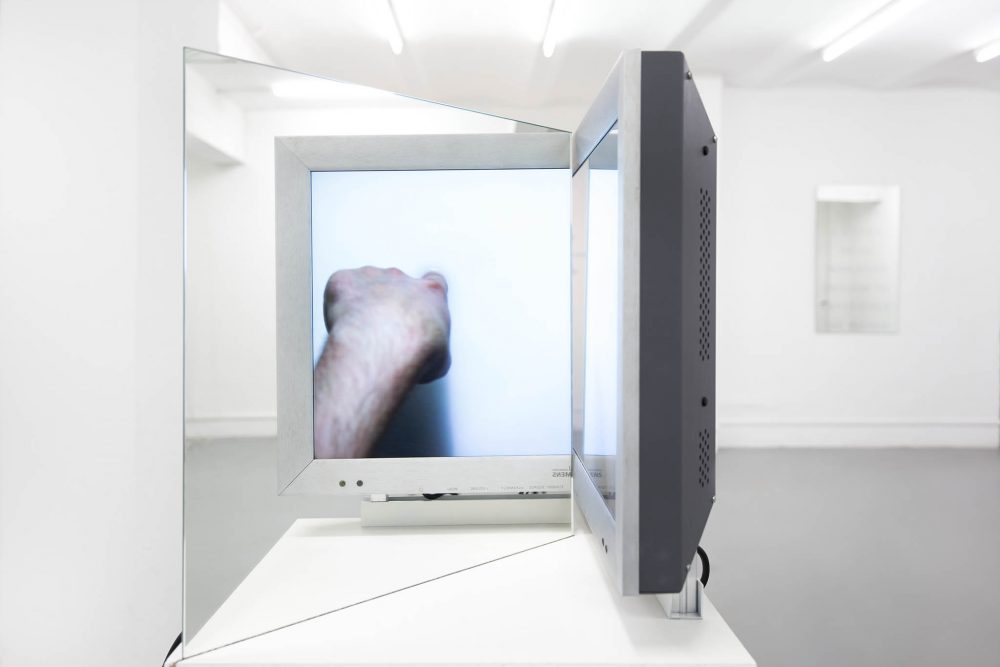 Videoinstallation with Finger